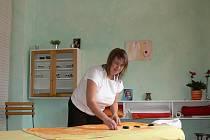 Lenka Pudilová masíruje v českobudějovickém salonu Edita. Na snímku připravuje lávové kameny, které přiloží klientce na záda během švédské masáže.