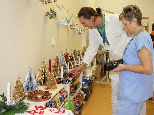 Mezi ty, kdo výrobky kupují a přispívají na dobrou věc, patří lékaři a sestřičky nejen zdětského oddělení nemocnice.