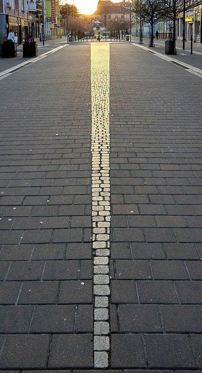 Skoro jako v zákoně o úbytku světla se čtvercem vzdálenosti.