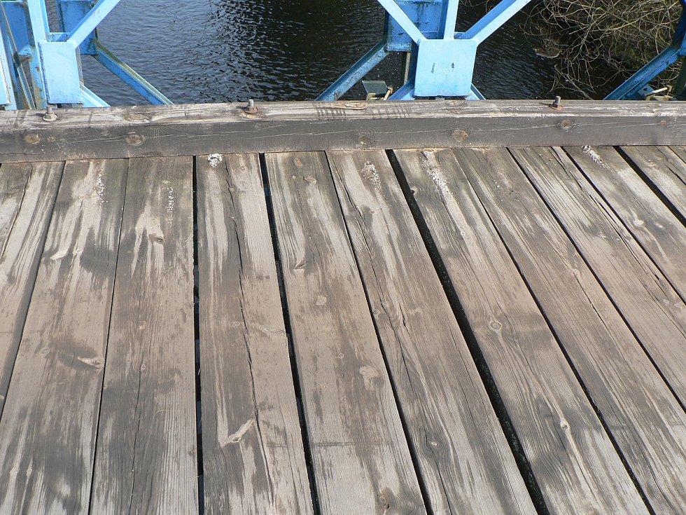 Opravy mostu u Římova přivedly na provizorní most postavený ženisty u Dolní Stropnice nebývalý provoz.