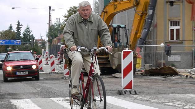 Oprava českobudějovické Dukelské ulice a křižovatky s Mánesovou bude po několik týdnů komplikovat dopravu v centru krajské metropole.