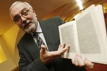 Ředitel Národní knihovny Pavel Hazuka ukazuje moderni kopii Vimperského prvotisku z roku 1484, který bude reprezentovat Českou republiku a Jihočeský kraj v době předsednictví Česka v Evropské unii.