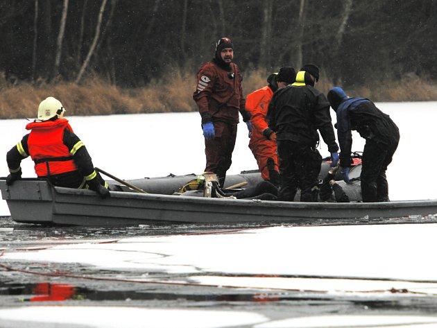 Devět potápěčů (tři policejní a ostatní od hasičů) bylo v pátek připraveno hledat ve Staňkovském rybníku u Mirochova na Jindřichohradecku utonulého bruslaře. Krátce po prvním zanoření před druhou hodinou ho potápěč našel.