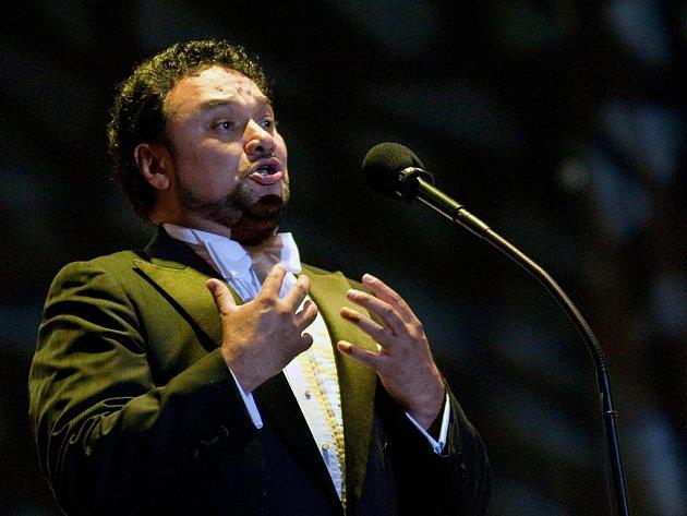 Pěvec Pěvců. Tak kritika označuje Ramóna Vargase, jednoho ze tří slavných tenorů, kteří v létě přijedou na MHF do Českého Krumlova. Dalšími dvěma jsou Plácido Domingo a José Cura. Na snímku Mexičan Vargas při loňském koncertu 31. července v Bratislavě.