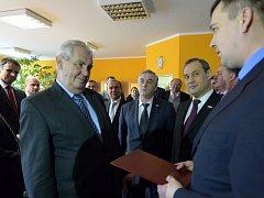 Prorektor Uralské federální univerzity Vasilij Kozlov předal prezidentovi Miloši Zemanovi při jeho pobytu na jihu Čech oficiální pozvání rektora k návštěvě této třetí největší ruské univerzity.