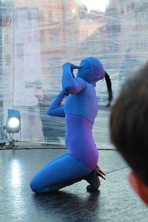 Taneční festival Mimo mísu nabídl 8.listopadu vČeských Budějovicích například experimentální představení Princezna, Princ, Electra.  Na snímku známěstí Jana Vrána.