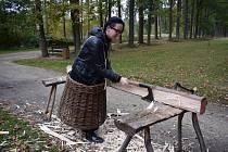 V areálu památníku Jana Žižky v Trocnově viděli návštěvníci středověké postupy zpracování dřeva, které si mohli i vyzkoušet.