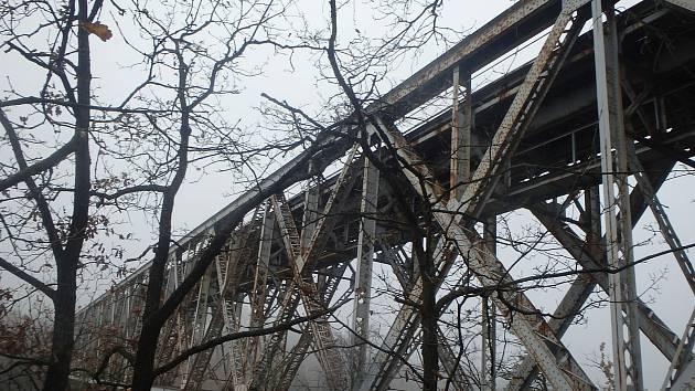 Po železničním mostě v Červené nad Vltavou jezdí vlaky od roku 1889.
