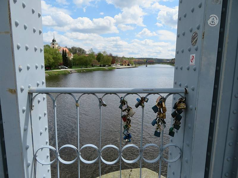 Dalším místem, kde jsou na Budějovicku zámečky, je most přes Vltavu v Týně.