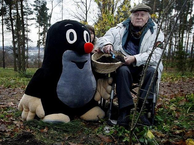 Krteček a jeho táta. Zdeňka Milera, autora Krtečka, připomenene v květnu třeboňský Anifilm. Miler na snímku z loňska, kdy vysadil v pražské Botanické zahradě svůj strom.