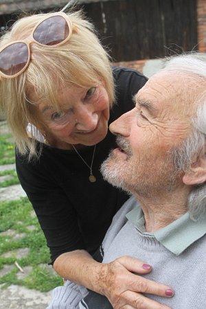 """Alfred Kindler, kterého proslavily návrhy látek ikrajiny, oslavil 91.narozeniny. """"Můj chlap je vzácný člověk,"""" říká jeho žena Zdena (oba na snímku)."""