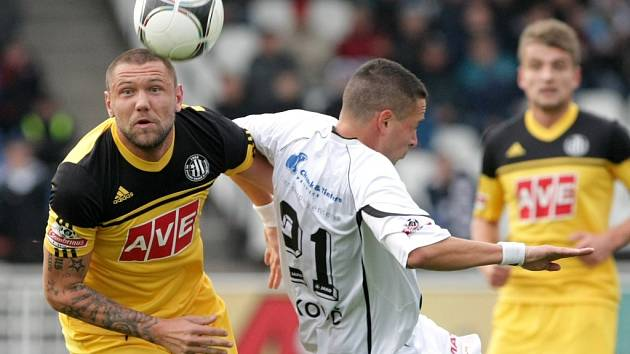 Jan Halama ve vítězném zápase Dynama v Hradci bojuje s domácím Uškovičem.