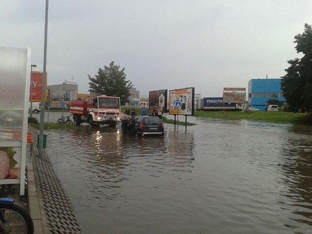 Liják, který se ve středu večer prohnal Budějovicemi, za sebou opět zanechal stopu. Parkoviště u Terna se znovu změnilo v jezero.