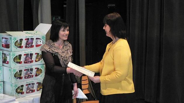 Úspěšný absolvent cambridgeských zkoušek získává certifikát.