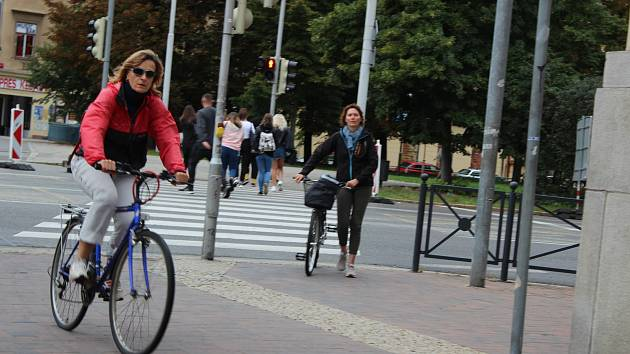 Po chodníku je to pohodlnější, ale přechod mají cyklisté překonávat pěšky. A nesmí jezdit po chodníku. Jinak mohou zaplatit pokutu až 2000 korun.
