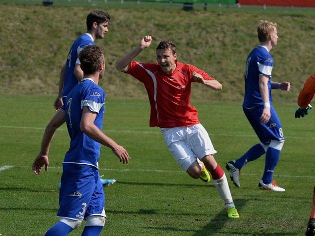 Kunický Michal Jeřábek se raduje z gólu na 1:3, fotbalisté strakonické farmy Dynama smutní. Je rozhodnuto.