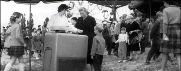 Vnuk čeká na cukrovou vatu na špejli, vpravo  dostává do typické široké mističky kopeček zmrzliny.