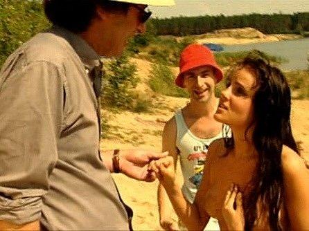 Herečka Veronika Bellová v Evině rouše rozmlouvá s režisérem. Vzadu stojí asistent režie Matěj v podání Petra Vacka.