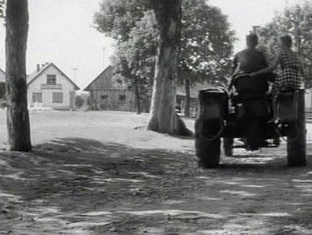 Dubluje někdo Petra Kostku při jízdě traktorem?