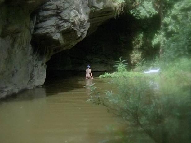Záběr z filmu Zlatí úhoři. Tůň od skálou poblíž Bechyně. Právě tady se odehrála koupací scéna s Eliškou Balzerovou.