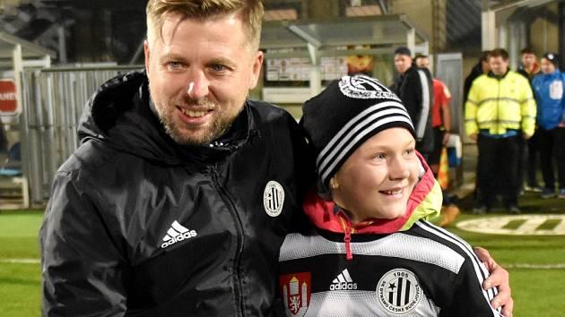 Výhru nad Prostějovem trenér Dynama David Horejš bezprostředně po zápase slavil i s dcerkou Karolínou.