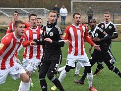 Pavel Novák proti Linci s pohmožděným nártem odpočíval, v sobotu proti Žižkovu už opět dirigoval obranu Dynama.