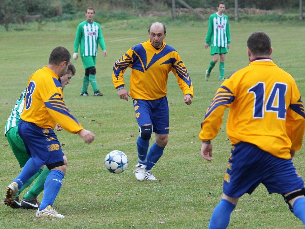 Brčák u míče. Neplachov (ve žlutém) doma proti Boršovu o dva góly prohrával, vedl a nakonec remizoval 4:4.