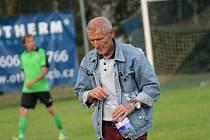 Trenér Vojtěch Brozman. Dolní Bukovsko vidělo vítězství lídra okresního přeboru: Neplachov - Boršov nad Vltavou (bílé dresy) 0:3.