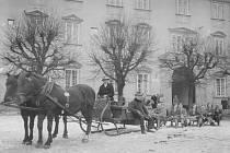 Zima na vltavotýnském náměstí před budovou zámku.