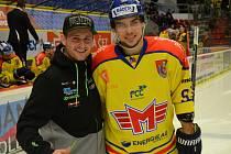 Lukáš Kříž (vpravo) s motokrosařem Martinem Michkem.