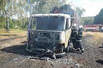 Milionová škoda vznikla při požáru auta na Táborsku.