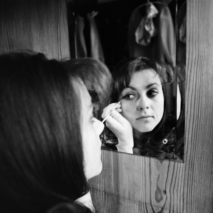Na snímku při líčení v šatně, prosinec 1969.