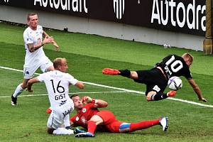 Michal Škoda v pozici letícího střelce gól nedal: Dynamo ČB - Hradec Králové v I. lize 0:1.