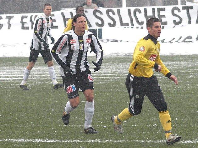 Poprvé po svém příchodu ze Slavie si v sobotu v Linci zahrál i Ladislav Volešák: vpravo uniká Aufhauserovi.