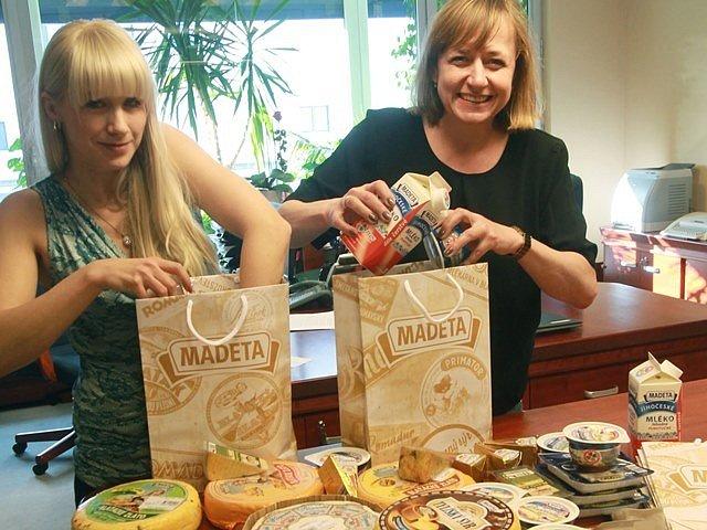 Dar pro Miloše Zemana, jímž budou sýry a další výrobky, přichystali v Madetě.