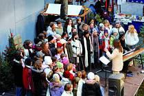 Předvánoční atmosféru přinesl také dětský pěvecký sbor Carmina.