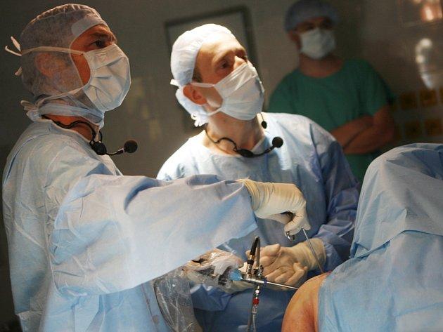 Devět operací ramenního kloubu provedou specializovaní evropští chirurgové zaměření na artroskopii ramenního kloubu v rámci dvoudenního sympozia v Nemocnici České Budějovice.