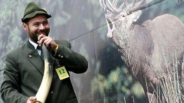 Národní myslivecké slavnosti v objektu zámku Ohrada v Hluboké nad Vltavou hostily 25. června mistrovství republiky ve vábení jelenů.Mistrem republiky ve vábení jelenů se pro rok 2011 stal Josef Kapras (na snímku)