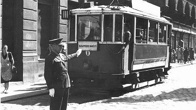 KDYSI: Tramvaj mířící kolem paláce Včela na náměstí.