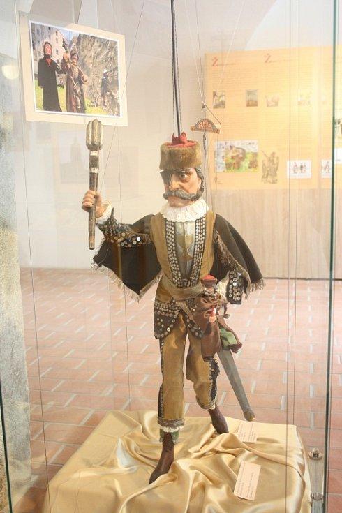 Nový Památník Jana Žižky v Trocnově nabízí 400 exponátů, o vojevůdci přináší i zcela nové informace. Expozici vybudovalo Jihočeské muzeum za 5,5 milionu korun.