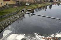 Únik ropných látek do řeky v Týně nad Vltavou.