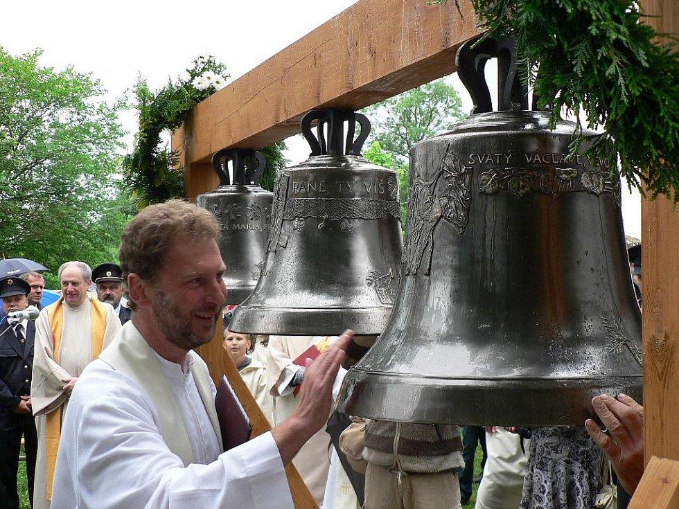 Zvonice jílovického kostela dostala v sobotu tři nové zvony. Požehnal jim i borovanský farář Petr Plášil.