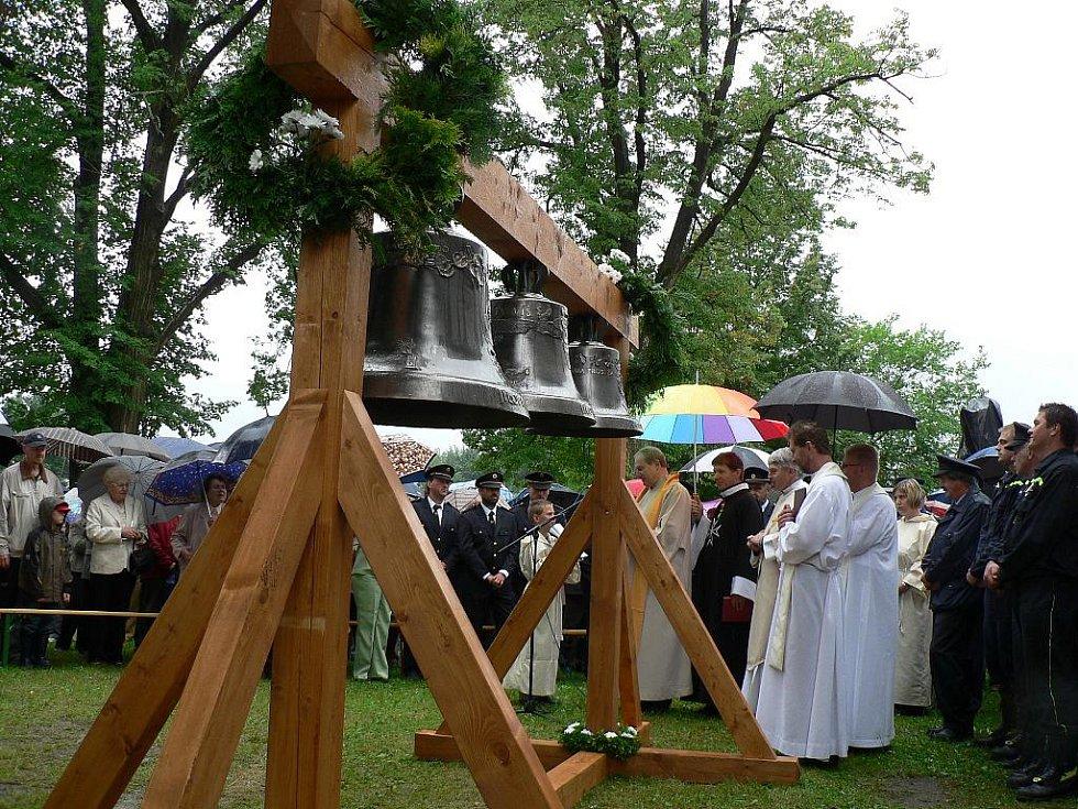 Zvonice jílovického kostela dostala v sobotu tři nové zvony - Václava, sv. Petra a Marii.