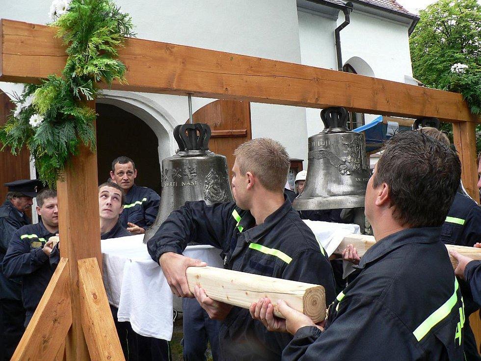 Zvonice jílovického kostela dostala v sobotu tři nové zvony. Akce se neobešla bez přispění dobrovolných hasičů.