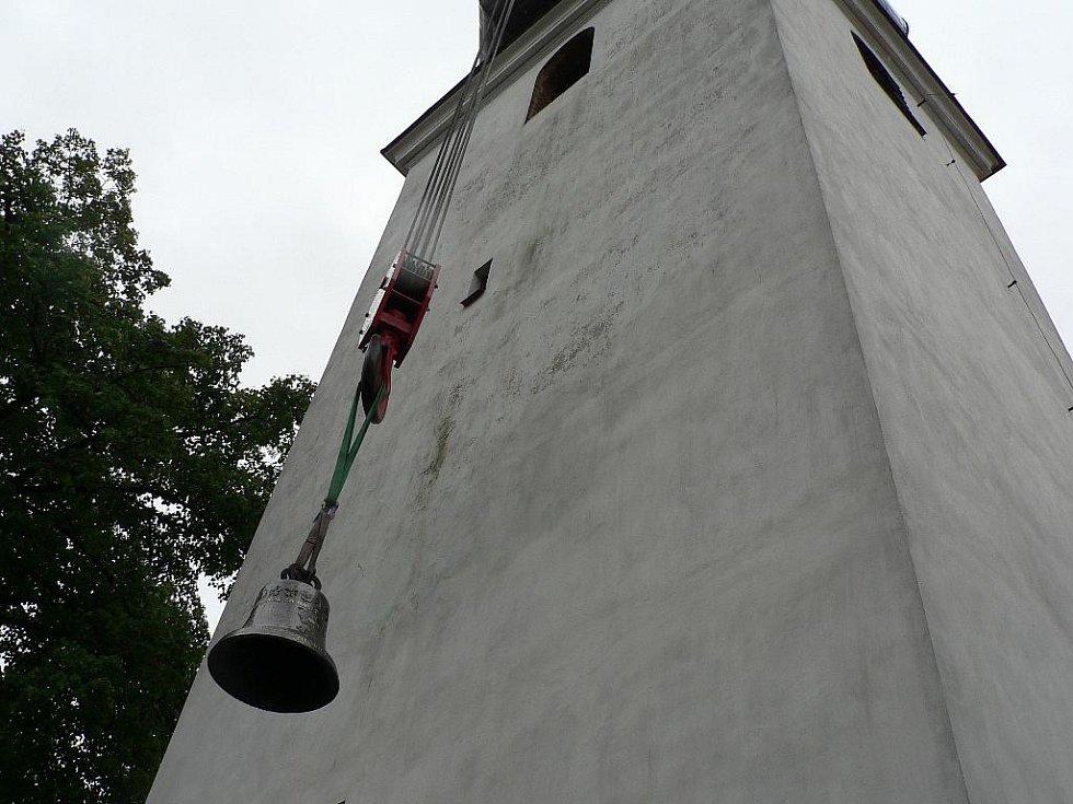 Zvonice jílovického kostela dostala v sobotu tři nové zvony.