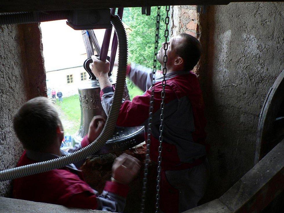 Zvonice jílovického kostela dostala v sobotu tři nové zvony. Cestovaly do zvonice jeřábem.