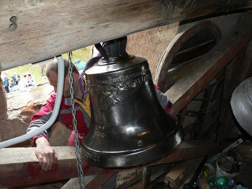 Osazení nového zvonu je vždy náročná záležitost.