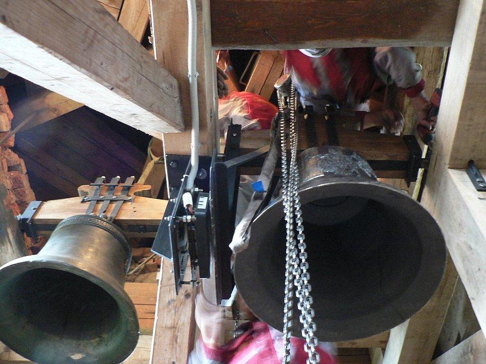 Zvonice jílovického kostela dostala v sobotu tři nové zvony. Ke slovu přišly i řetězy a kladky.