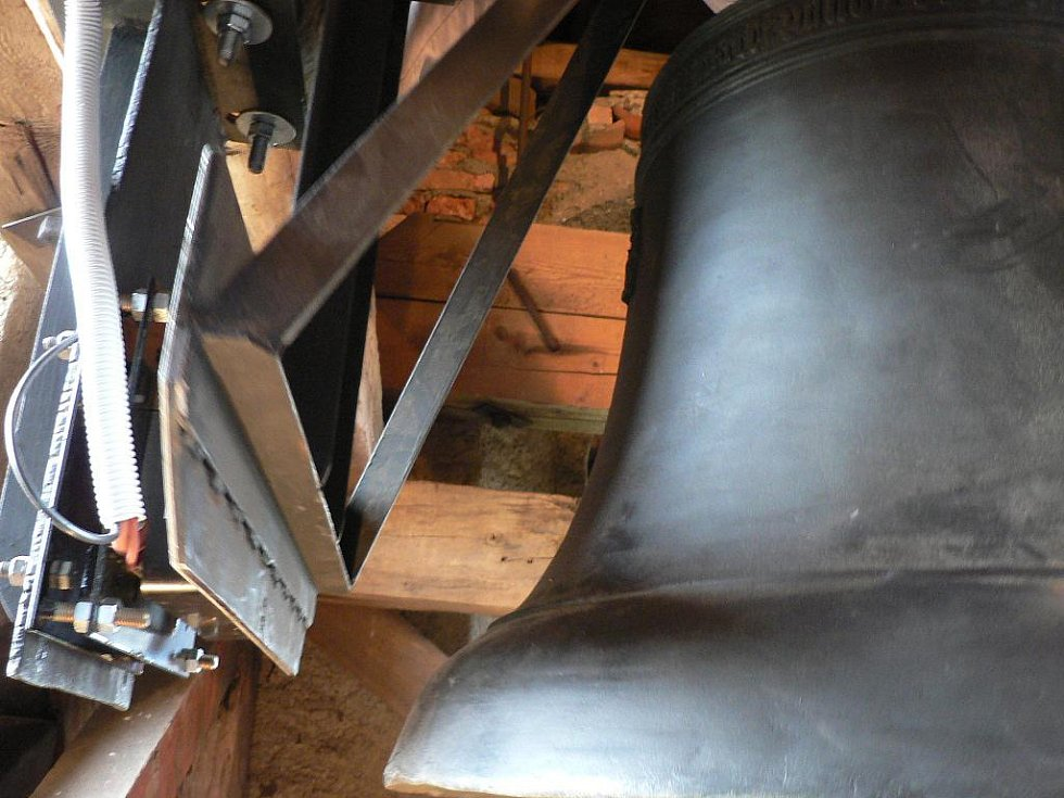 Zvonice jílovického kostela dostala v sobotu tři nové zvony. Zvonění obstará elektrická energie.