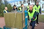 V úterý ve dvě hodiny odpoledne přijelo nákladní auto se speciální technikou. Pracovníci firmy SITA CZ je ihned přesunuli do Základní školy Máj II, za pár dní už začnou stroje čistit vzduch a zbaví ho azbestových vláken.